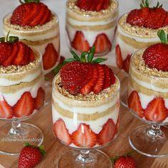 ✔ Dinner For Two Romantic Desserts Mini Dessert Cups, Dessert Party, Mini Dessert Shooters, Dessert Buffet, Formation Patisserie, Magnolia Bakery Banana Pudding, Banana Pudding Recipes, Parfait Recipes, Summer Dessert Recipes