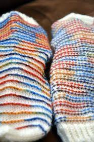 KARDEMUMMAN TALO: Rim Socks - optinen harha? Yarn Crafts, Socks, Blanket, Knitting, Crochet, How To Make, Blog, Wrist Warmers, Sock Knitting