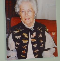 Les broches de la duchesse de Devonshire - Au fur et à mesure des années, Deborah Cavendish - 11ème duchesse de Devonshire - a constitué cette impressionnante collection de broches - en forme d'insectes et de papillons - en or, diamants et pierres précieuses: il s'agit de présents du Duc à son épouse. Une collection actuellement exposée à Chatsworth House.