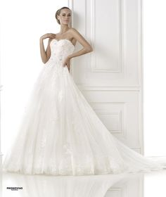 FASHION PRONOVIAS-24 abiti ed accessori, per #matrimoni di grande classe: #eleganza e qualità #sartoriale  www.mariages.it