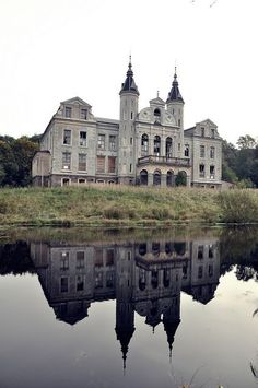 Too beautiful to be abandoned. Abandoned chateau in France Abandoned Buildings, Abandoned Property, Abandoned Castles, Old Buildings, Abandoned Places, Beautiful Architecture, Beautiful Buildings, Beautiful Places, Old Mansions