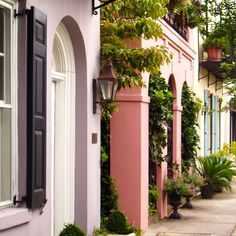 A postcard from #Charleston: Do you fancy a lavender house? Or perhaps a pink one? What's your pastel pleasure? The famed #RainbowRow is a short stroll from #PlantersInn #RelaisChateaux!