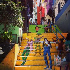 Em uma ação cidadania, mais 450 voluntários pintaram a fachada de 30 casas, renovaram seis praças espalhadas pela comunidade e coletaram lixo.
