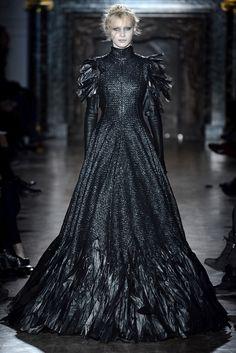 Gareth Pugh Fall 2013 Ready-to-Wear Fashion Show - Julia Nobis (Viva) Couture Mode, Style Couture, Couture Fashion, Runway Fashion, Gareth Pugh, Dark Fashion, Gothic Fashion, High Fashion, Fashion Show