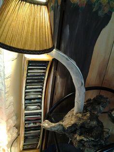 Lampada creata con radice di albero e pezzo di legno ritrovato sulla spiaggia