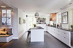 Hvidt køkken med sort bordplade