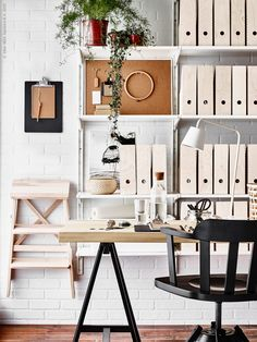 Vi kombinerar vitt med ljust trä och skapar en luftig och skön känsla i hemmakontoret. KNUFF tidsskiftssamlare i ALGOT väggskena/hyllor, LINNMON/ODDVALD bord, FEODOR arbetsstol med armstöd, BEKVÄM trappstege, TISDAG LED arbetslampa.