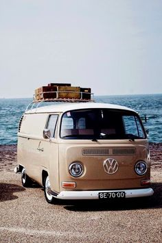 Not all cool cars need to be fast, just look at this volkswagen camper van, who doesn't want to own a classic like this Bus Vw, Vw T1, Volkswagen Transporter, Combi Vw T2, Combi Ww, Location Camping Car, Vw Camping, Glamping, Wolkswagen Van