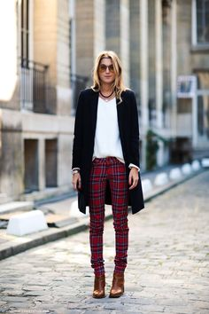 Like plaids, tartans are usually worn for a preppy outfit or a scarf but you can wear it elsewhere. Here are 7 chic and stylish ways to wear tartan clothes. Slim Pants, Skinny Pants, Elegantes Outfit Frau, Red Plaid Pants, Tartan Plaid, Checkered Trousers, Burgundy Pants, White Plaid, Black Pants