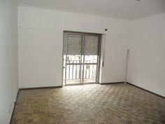 Apartamento T1 (2 Assoalhadas): Composto por Hall, Sala e Cozinha, Quarto com Roupeiro, W.C e Arrecadação no Sótão. Excelente Localização Junto a Comércio e Serviços