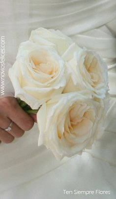 Detalle de ramillete nupcial de estilo simple y romántico con grandes rosas blancas