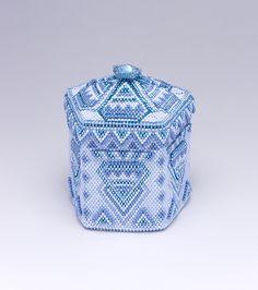 ビーズを編んで作った蓋付きの五角形の青い箱