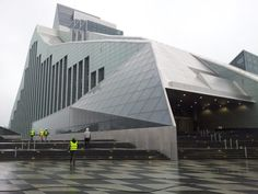 El edificio de la Biblioteca Nacional de Letonia fue diseñado por el arquitecto nacido en Letonia e internacionalmente aclamado Gunnar Birkerts (EE.UU.), y es uno de los mayores proyectos culturales del siglo 21 en Letonia. Además de los servicios estándar y las operaciones de rutina, el Castillo de la Luz y toda su infraestructura sirven como plataforma para actividades de diversos asociados cooperativos y es un lugar para sinergias creativas únicas.