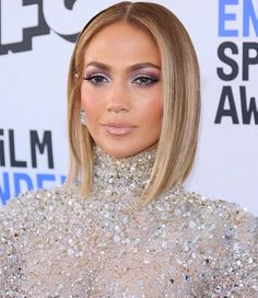 If your pace increases in long hairstyles, see which Celebrity Haircuts rock out the best-layered cuts and shag styles. Get celebrity hairstylist tips here. Jlo Short Hair, Jennifer Lopez Hair Color, Jennifer Lopez Short Hair, Jennifer Lopez Makeup, Medium Hair Styles, Short Hair Styles, Bob Styles, Corte Pixie, Barrel Curls