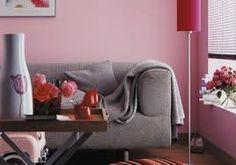 graues Sofa vor rosa Wand