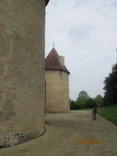 La Motte (86): A l'intérieur, un réduit est, de plus, aménagé le long des petits côtés et sert à la fois de débarras et de sas pour accéder aux étages pentagonaux des tours méridionales.