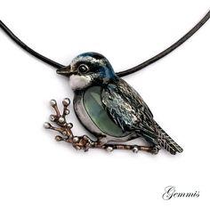 Náhrdelník+SÝKORKA+MODŘINKA+Zhotoveno+na+přání..+Originální,+autorský+ručně+tvořený,+pájený+šperk.+Šperk+z+cínu+je+patinovaný,+ručně+malovaný,+leštěný+a+povrchově+ošetřený.+Vsazeným+kamenem+je+Fluorit.+Velikost+šperku+je+5+x+3,5cm.+Zavěšen+na+kulaté+kůži+se+zapínáním+na+karabinku.+Délka+kůže+cca+46cm+++8cm+řetízku+na+regulaci+zapínání.+Zhotoveno+dle+...