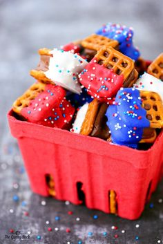 Red White and Blue Pretzel Bites - The Gunny Sack Red White and Blue Pretzel Bites are easy to make with mini candy bars sandwiched between pretzels. A fun patriotic dessert for Memorial Day, Fourth of July and Labor Day! Patriotic Desserts, Blue Desserts, 4th Of July Desserts, Fourth Of July Food, Holiday Desserts, Holiday Treats, Fourth Of July Recipes, Patriotic Party, Patriotic Crafts