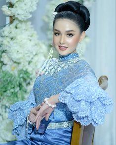 Cambodian Wedding Dress, Khmer Wedding, Beautiful Asian Girls, Beautiful Ladies, Movie Ringtones, Bridal Makeup, Traditional Dresses, Asian Beauty, Evening Dresses
