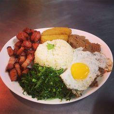 VIRADO A PAULISTA (Arroz, tutu de feijão, couve, calabresa, banana a milanesa, torresmo e ovo)
