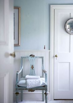 blue chair, Simple panelling