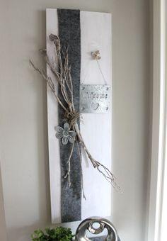 WD87 – Holzbrett weiß gebeizt, dekoriert mit natürlichen Materialien, Filzband,einem Metallschild Welcome und einer Metallblume! Preis 59,90€ Größe 30x80cm