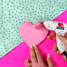Süße DIY Herz-Box Made of sponge rubber, you can make this cute DIY heart box easily and quickly yourself. Be sure to try this great organization DIY. Diy Crafts For Adults, Diy Crafts To Do, Diy Arts And Crafts, Cute Crafts, Diy For Kids, Paper Crafts, Valentines Bricolage, Valentines Diy, Saint Valentin Diy
