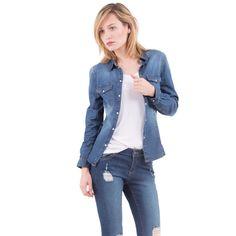 Cette chemise femme en jean est un indispensable de votre dressing !<br/>Chemise en jean, coupe légèrement cintrée, col chemise, fermeture par boutons  pression, poches poitrine, manches longues et effet légèrement délavé.