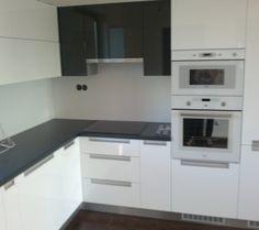 Čierna a biela nestarnúca kombinácia Kitchen Cabinets, Home Decor, Decoration Home, Room Decor, Cabinets, Home Interior Design, Dressers, Home Decoration, Kitchen Cupboards