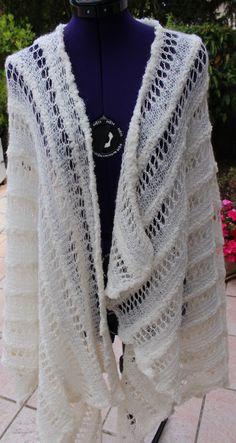 Poncho tricoté en laine bouclée, soie et mohair coloris écru http://www.alittlemarket.com/boutique/chaliere-2339933.html