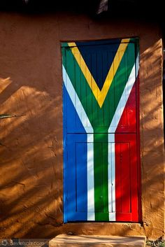 South African flag door, in Durban. South Afrika, Durban South Africa, South African Flag, Le Cap, Art Africain, Kwazulu Natal, Wale, Out Of Africa, Thinking Day