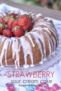 Strawberry Sour Cream Cake on I Heart Nap Time - Easy Recipes & Dessert Strawberry Cream Cakes, Strawberry Recipes, Strawberry Cheesecake, Sweet Recipes, Cake Recipes, Dessert Recipes, Just Desserts, Delicious Desserts, Dessert Healthy