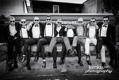 grosse Jungs ganz klein in Ückermünde #ueckermünde #hochzeitsfoto #bestmen #freunde #friends #hochzeitsfotograf #fun #small #klein #miniatur #spass #sunglasses #sonnenbrillen