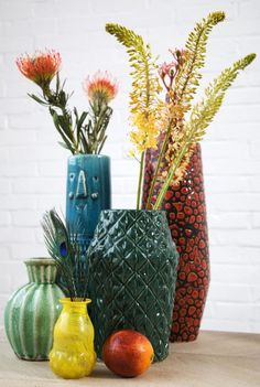 color combination of vases are so beautiful. I like the mixture of sizes and textures Retro Home Decor, Diy Home Decor, Retro Cafe, Interior Styling, Flower Pots, Home Accessories, Floral, Pottery, Design