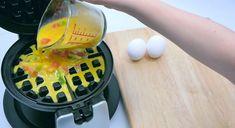 Visste du at du kan bruke vaffeljernet på DISSE geniale måtene? 7 smarte triks!   Smud.no How To Make Waffles, Making Waffles, Waffle Iron Recipes, Starbucks Recipes, Edible Arrangements, Looks Yummy, Mets, Fabulous Foods, Food Hacks