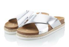 Im Trend mitlaufen - und das auch noch superbequem: Sandale mit Fußbett und zwei gekreuzten Riemen aus silberfarben Leder mit Spiegel-Optik. #Sandalen #Schuhe #silver #Impressionenversand