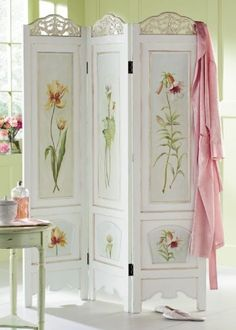 A folding screen can be a decorator's secret weapon. Here are some fabulous and creative ideas on how to use a folding screen in your home. Vintage Shabby Chic, Shabby Chic Decor, Vintage Room, Shabby Chic Room Divider, Dressing Screen, Dressing Room, Decoration Shabby, Screen Design, Hand Painted Furniture
