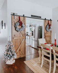 farmhouse Christmas dining room - Home Decoration Christmas Living Rooms, Christmas Home, Christmas Dining Table, Christmas Projects, Christmas House Lights, Winter Christmas, Christmas Ideas, Dining Room Table Decor, Decor Room