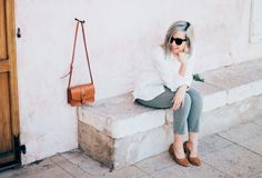 Chemise blanche – & Other Stories | Jeans Claudie – Cimarron | Escarpins camel « Granny Shoes » – Mango | Sac camel – & Other Stories
