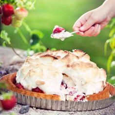 Uunijäätelö - Baked Alaska with strawberries. Food & Style Uura Hagberg Photo Satu Nyström. Maku 3/2013.