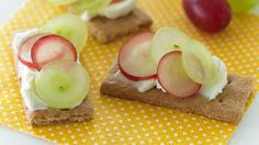 Spread cream cheese on top of graham crackers and top with halved grapes. Eat open-faced or add another cream cheese-covered graham crack& Snacks Dishes, Appetizer Dishes, Fruit Dishes, Make Ahead Appetizers, Appetizers For Party, Party Food To Make, Different Types Of Cakes, Low Fat Cream Cheese, Grape Recipes