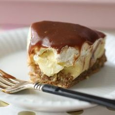Gluten-Free soft Almond Cake with Homemade Vanilla custards pears vanilla whipped cream drizzled with milk chocolate fudge Summer Desserts, No Bake Desserts, Delicious Desserts, Cake Recipes, Dessert Recipes, Scones Ingredients, Norwegian Food, Homemade Vanilla, Almond Cakes