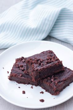 Flourless Chickpea Brownies are vegan, gluten-free and refined-sugar free. These brownies are dense, fudgy and the perfect addition to your dessert table. Healthy Dessert Recipes, Healthy Baking, Vegan Desserts, Whole Food Recipes, Snack Recipes, Vegan Meals, Healthy Food, Dinner Recipes, Chocolate Chip Recipes