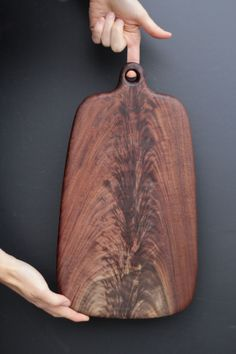 Barn Board Projects, Diy Wood Projects, Wooden Chopping Boards, Wood Cutting Boards, Wooden Plates, Wood Slab, Wooden Diy, Woodworking Crafts, Wood Art