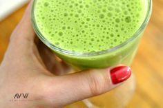 Der weltbeste grüne Smoothie Grundrezept: 2 gute Hände junger Blattspinat, 4 Blätter frischer Minze, 1 Banane, Saft von 2 Orangen, 100 ml Mandelmilch