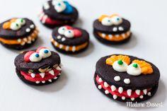Vorsicht bissig – schrecklich furchteinflößende schokoladige #Monsterkekse mit Schokodropwarzen, Erdnussekzemen und spitzen Buttercremezähnchen.  #halloween #kekse #backen