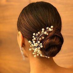 25 Pre-Wedding Hairstyles for Mehndi Haldi or more functions! 25 Pre-Wedding Hairstyles for Mehndi Haldi or more functions! Bridal Hairstyle Indian Wedding, Summer Wedding Hairstyles, Bridal Hair Buns, Hairdo Wedding, Indian Bun Hairstyles, Bride Hairstyles, Mehndi Hairstyles, Elegant Hairstyles, Celebrity Hairstyles