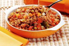Foto do refogadinho de carne, disposto em uma tigela laranja. O refogadinho tem ingredientes como ervilha, tomate, e está bem temperado.