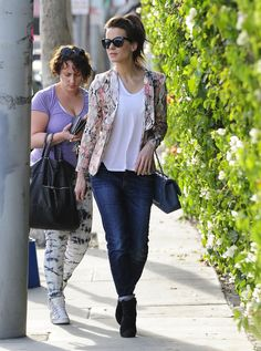 Kate Beckinsale is the universal girl style-crush - loving her in a printed blazer and jeans