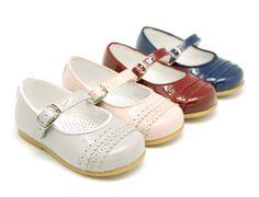 Tienda online de calzado infantil Okaaspain. Calidad al mejor precio fabricado en España. Mercedita de charol con ondas y hebilla.